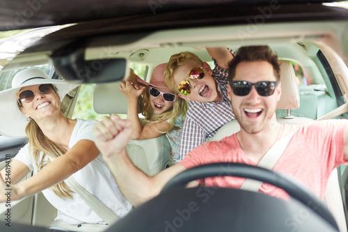 Fototapeta Familie mit Sonnenbrille singt im Auto obraz