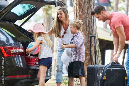 Fotografie, Obraz  Familie und Kinder beladen Auto für Reise