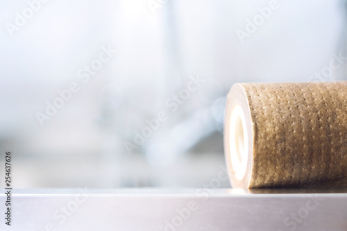 Fotografía  Dirty, brown, used water filter cartridges on background of the sink and tap wit