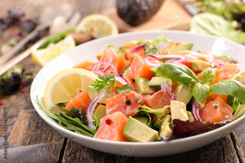 Foto vegetable salad with salmon and basil