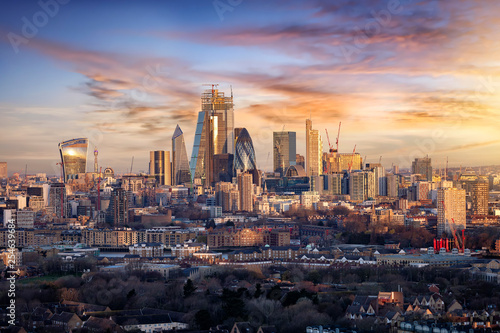 Panorama der City of London, Finanzztentrum Großbritanniens, bei Sonnenaufgang