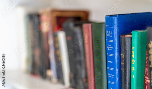 Canvas Print CHIANG MAI, THAILNAD - 24 JANUARY 2019 :  Numerous Holy Bibles sit in a row on wooden shelf