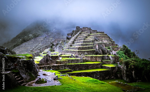 Foto  Amazing view of breathtaking Machupicchu temple covered with fog