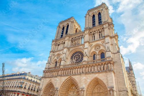 Foto  Cathedral Notre-Dame de Paris against blue sky