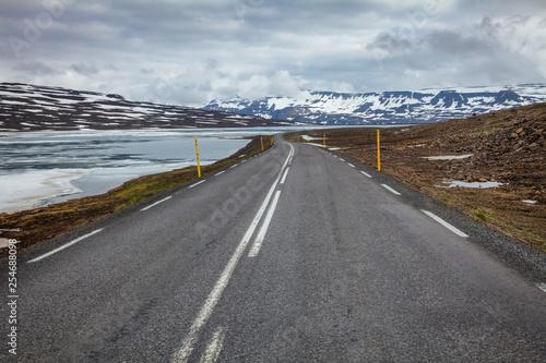 Fotografía  Mountain road connecting Egilsstadir with Seydisfjordur in Eastern Iceland Scand
