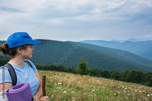 Foto  Tourist girl admires the landscape of the Carpathian Mountains.