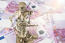 Eine Goldene Justitia Figur Steht Auf Vielen 500 Euro Geldscheinen. Konzeptionelles Bild Zum Thema Gericht Und Geld. Lens Flares.