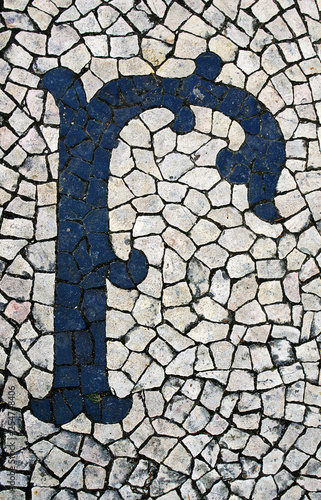 Foto  Portuguese sidewalk of calcada in the form of the letter r