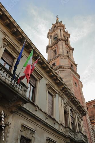 Fotografie, Obraz  PALAZZO STORICO E CAMPANILE DELLA BASILICA DI SAN GAUDENZIO A NOVARA IN ITALIA