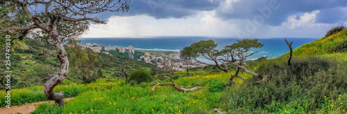 Montage in der Fensternische Khaki Mount Carmel in Haifa, Stella Maris - Panoramic shot. Travel to Israel in winter.