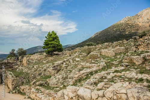 Foto  archeological site stone city ruins from ancient Greece time in highland rocky n