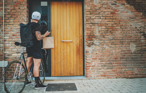 Foto Courier delivery food service at home