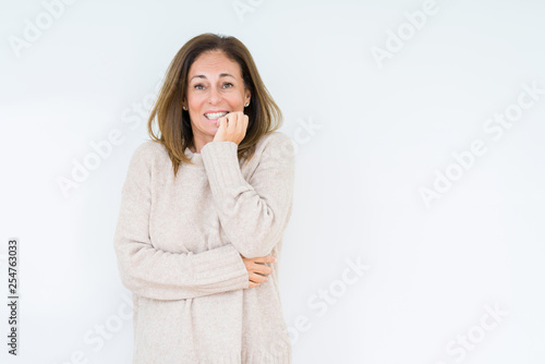 Fotografía  Beautiful middle age woman over isolated background looking stressed and nervous with hands on mouth biting nails