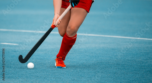 Fotografía hockey player woman with ball in attack playing field hockey game