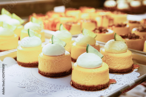 Montage in der Fensternische Brot Vanilla Cheesecake pie desserts with cream slice of lime