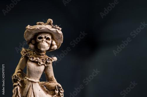 Fotografia  Hand carved Mexican female skeleton wedding cake topper.