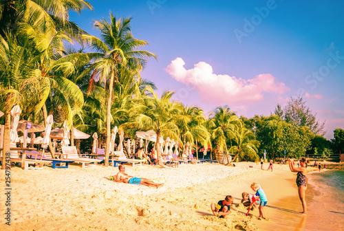 Photo  Family Siloso Beach at Sentosa island resort in Singapore