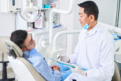 Fotomural Patient has a consultation in dental clinic