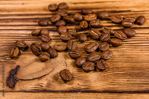Café en grains Scattered coffee beans on a wooden table