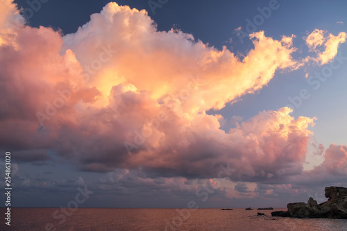 Fotografía  Cloudscape in dramatic pink and yellow light