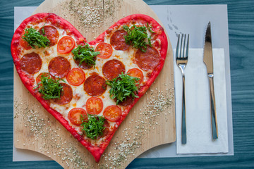 Walentynki układ pizzy kształt jelenia na drewnianym stole