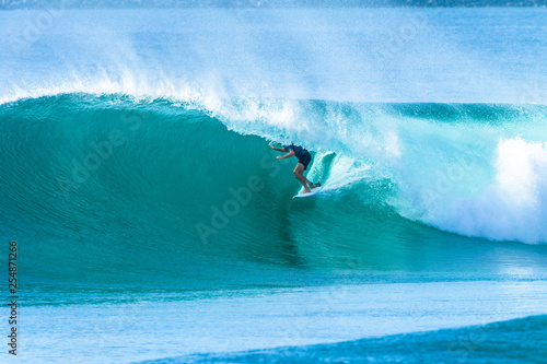 Foto  Surfer Surfing Tube Ride Wave