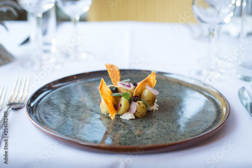 Fotografía  Delicate potato and crispy chicken skin starter
