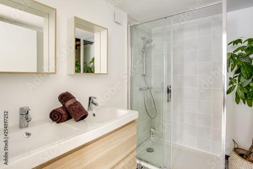 Salle de bain avec douche à l\'italienne – kaufen Sie dieses Foto und ...