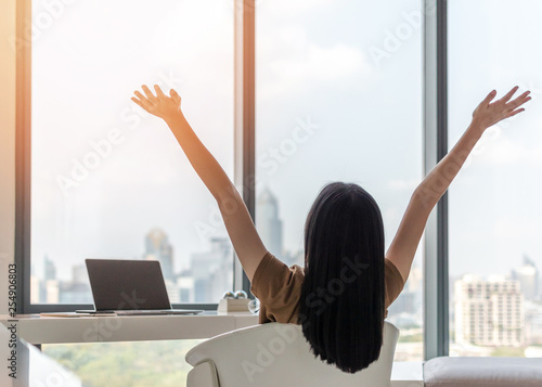 Photo  Life balance and summer holiday vacation concept with happy young woman taking a
