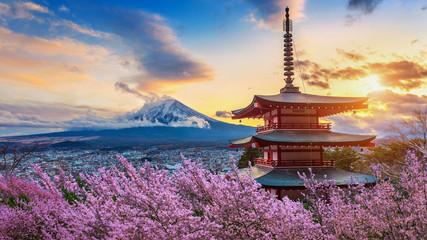 Prekrasna znamenitost planine Fuji i pagode Chureito s cvjetovima trešnje na zalasku sunca, Japan. Proljeće u Japanu.