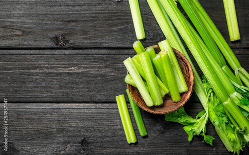 Fotografia Pieces of celery in a wooden bowl.