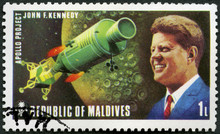 MALDIVES - 1974: Shows Portrait Of John Fitzgerald Kennedy (1917-1963) And Apollo Spacecraft, 35th President Of The United States, Space Explorations Of US And USSR