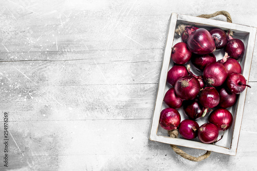 Valokuvatapetti Red onions on tray.