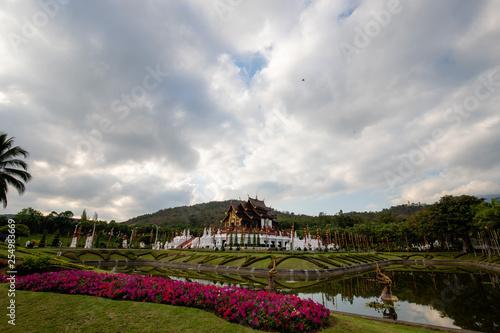 Foto  Tempel Wat in Parkanlage