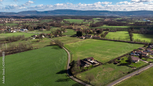 Photo  vue aérienne sur une campagne avec des maisons