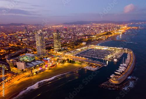 Noc widok z lotu ptaka od trutni wybrzeże w Barcelona z morzem