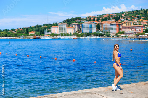Photo Young woman having fun on beach