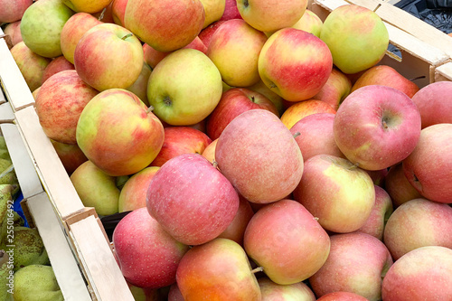 Fotografía  Pile of apples in a wooden boxes (Close up)