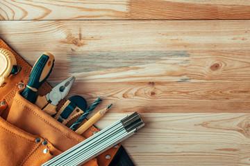 Pasek narzędzi stolarskich na biurku warsztatu stolarki, widok z góry