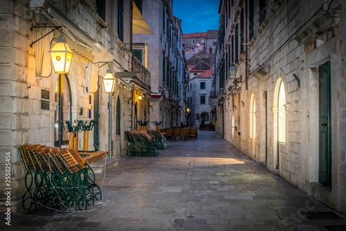 La vieille ville de Dubrovnik au petit matin sans personne avec ses boutiques encore fermées