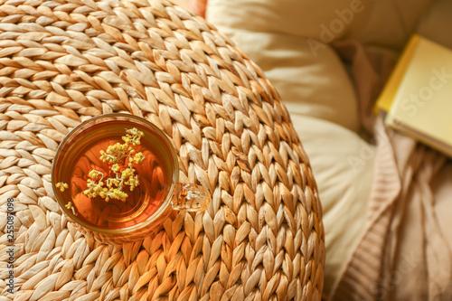 Fotografía  Cup of hot tea on wicker pouf