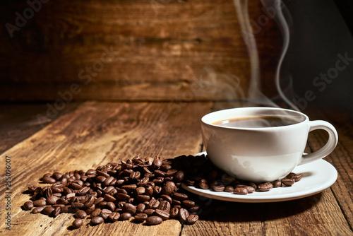 Keuken foto achterwand Cafe Czarna kawa na starych deskach i rozsypane ziarna