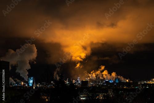Foto  Dramatische Wolken über Industriegebiet