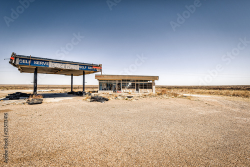 Deurstickers Route 66 Abandoned Gas station in the desert