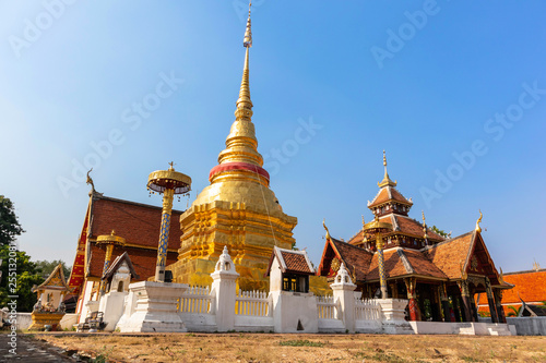 Foto  Wat Pong Sanuk Temple on a clear day, Lampang, Thailand