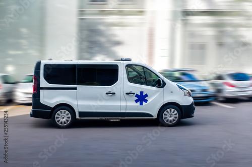 Ambulance en route vers l'hôpital . Wallpaper Mural