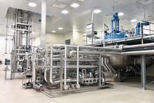 Verfahrenstechnik In Einem Chemiewerk: Rohrleitungen Und Anlage In Der Pharamindustrie //Process Engineering In A Chemical Plant: Pipelines And Equipment In The Pharam Industry