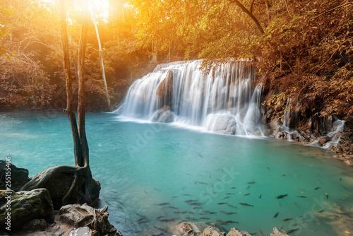piękny wodospad w lesie. Tropikalny i krajobrazowy. Podróż i wakacje w Tajlandii.