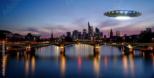 Türaufkleber UFO UFO über der Stadt