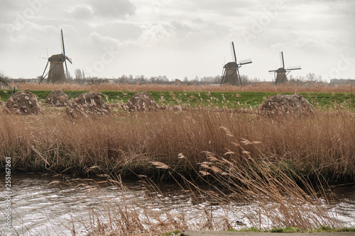 Foto  Windmills in a cloudy and windy day - South holland - Group of 19 monumental windmills - Molens of Kinderdijk